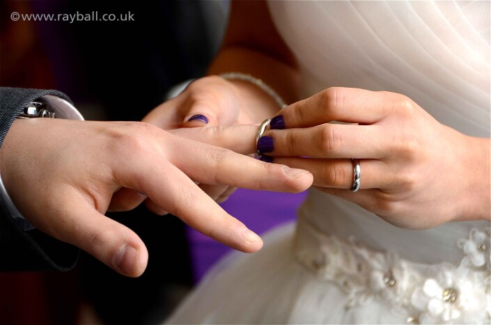 Woodmansterne couple exchanging wedding rings at Sutton registry office